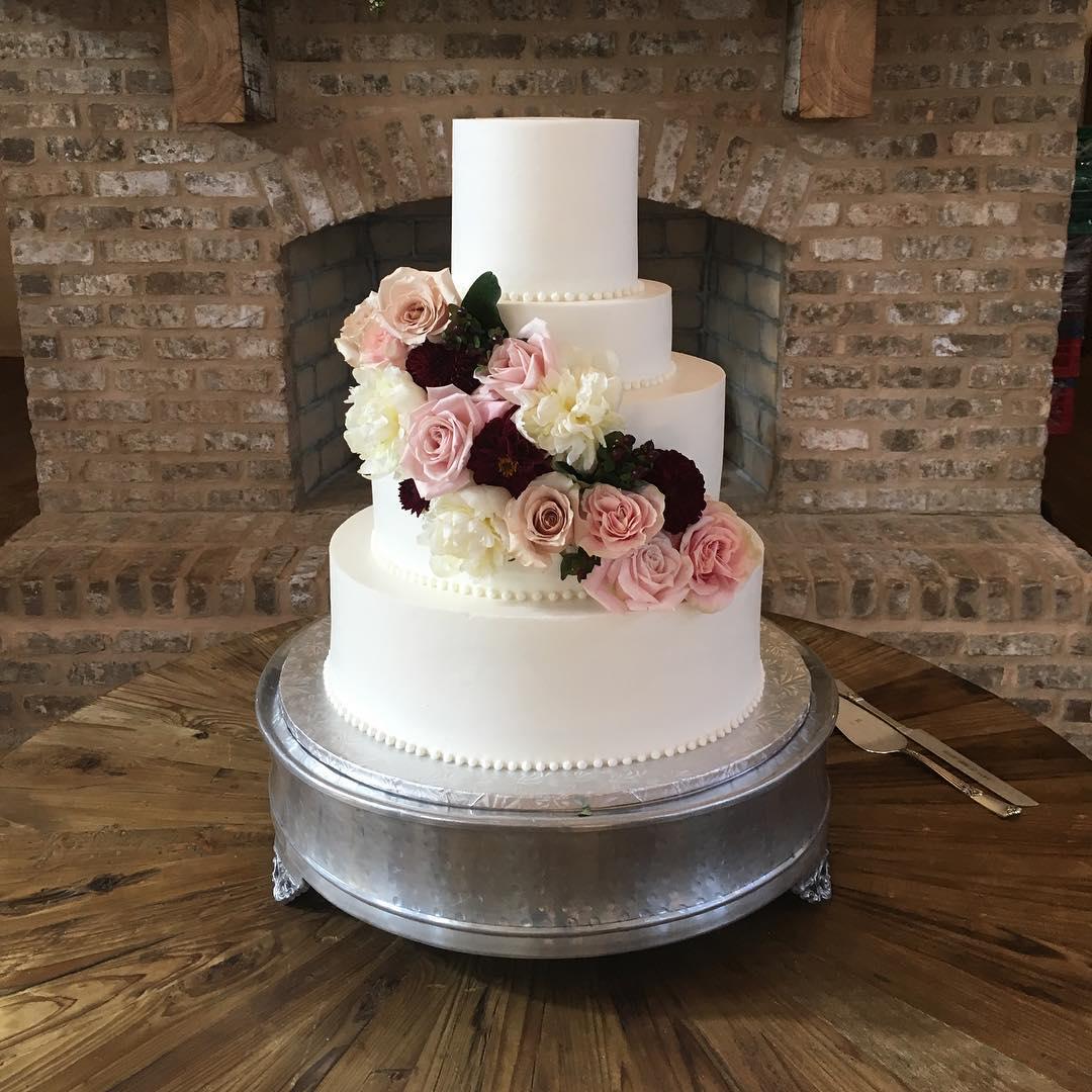 Congratulation Mr. and Mrs. Fuqua! #foreverfuqua #weddingcake #cakesofinstagram #cakestagram @thewhitemagnolia @efyfloral