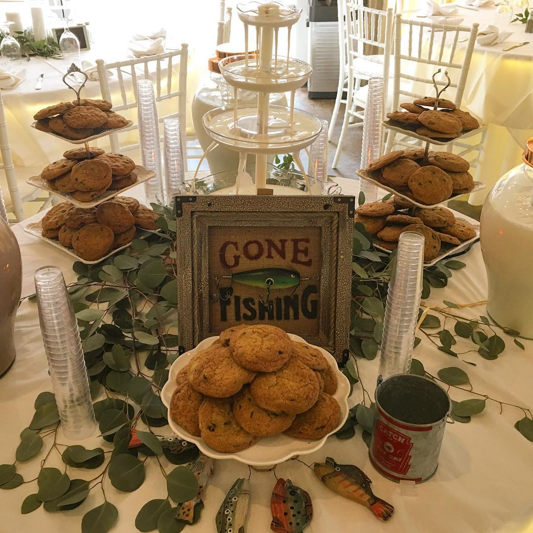 Don't want a grooms cake? How about some hot chocolate chip cookies and an ice cold milk fountain! 🍪🥛