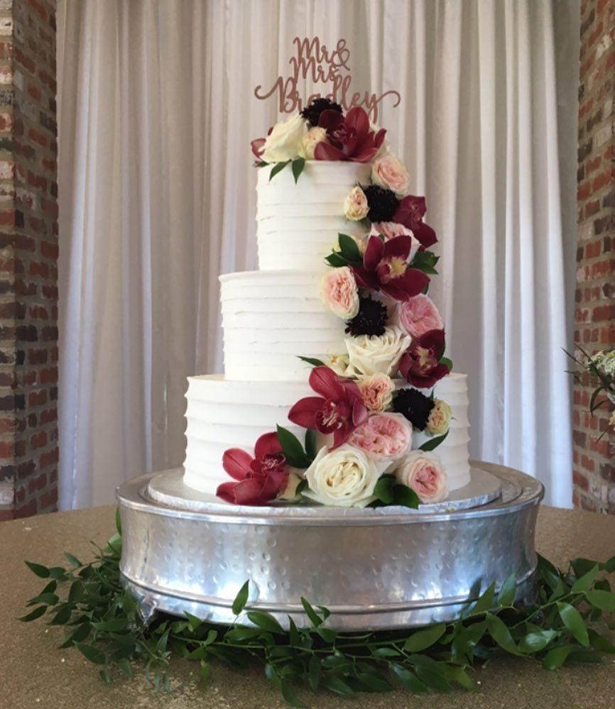 Congratulations Mr. and Mrs. Bradley! #weddingcake #cakesofinstagram #cakestagram 💐:@efyfloral